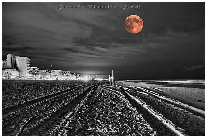 Jesololido La Luna Rossa In Bianco E Nero